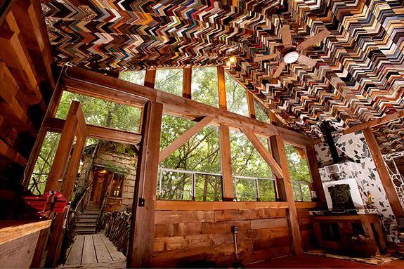 Eco huis - lijstenplafond gebouwd door Dan Phillips, een 66 jarige man uit het slaperige stadje Huntsville in Texas. Hij begon ongeveer 14 jaar geleden aan zijn laatste carrière: Huizen bouwen van afval voor mensen met een laag inkomen. Hij is samen met zijn vrouw Marscha, de oprichter van Phoenix Commotion.