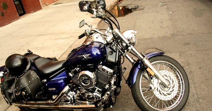 Cómo ajustar la mezcla de aire en un carburador. El carburador de una motocicleta tiene un tornillo para la mezcla de aire/combustible, para ajustar la cantidad de aire que va al motor. Si restableces un carburador para permitir que más combustible ingrese al motor, debes aumentar el nivel de aire que entra al motor. Del mismo modo, si cambias de elevaciones a más de 1.000 m debes ajustar la ...