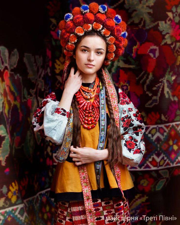 Mujeres ucranianas visten tocados para incentivar la cultura 13