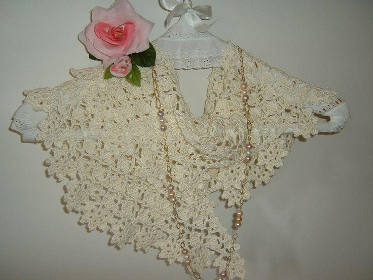 Sciarpa in pizzo stile boho chic realizzata a mano all'uncinetto in cotone color crema con fiori di rifinitura : Echarpe, foulard, cravate par i-pizzi-di-anto