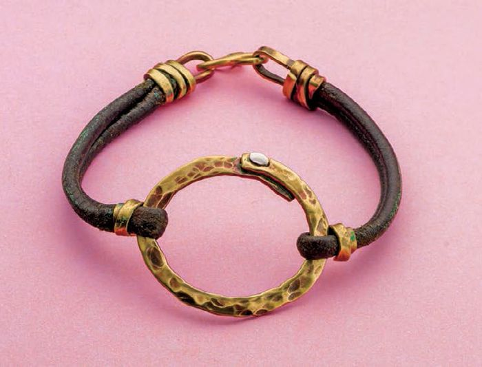 Learn how to make leather jewelry with these 3 FREE leather jewelry making projects from Jewelry Making Daily.