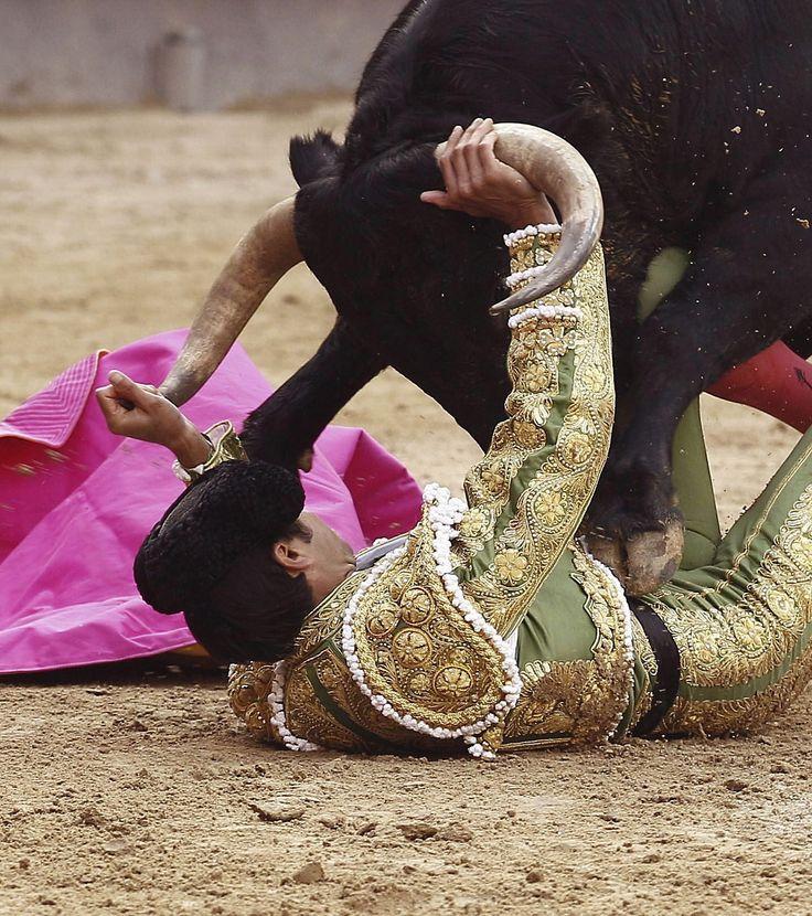 El diestro Miguel Ángel Perera ante su primer toro en la Feria de San Isidro  hoy en la plaza de Las Ventas de Madrid, España. (EFE)