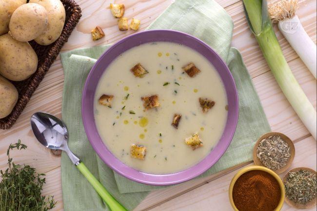 La vellutata di porri con crostini saporiti è un primo piatto tipicamente invernale, un comfort food da servire con crostini aromatizzati alle spezie.
