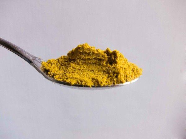 Pollo con la polenta al curry e mandorle: un secondo piatto per rimescolare le latitudini, unendo qualcosa di profondamente tradizionale, come la polenta, a colori e profumi tipicamente orientali.