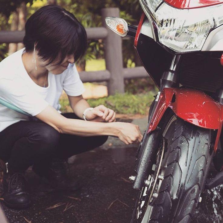 全部、水で流してしまいましょ。  ほら、旅の汚れは落として。 でも、傷は大事に取っておこう。  転んだことも、 ぶつけたことも、 たぶん、ぼくらの宝物になるよ。  #CBR250R #HONDA #ツーリング #touring  #バイク女子 #Motorcycle  #motorcyclegirl  #洗車 #水 #ショートカット #白tシャツ #バイク #バイク乗り #バイクの旅  #愛車と私 #ポートレート #portrait