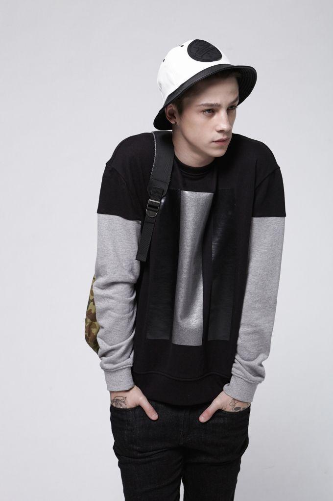 Boxy sweat shirt Tone on tone print Contrast sleeve Seam deatail