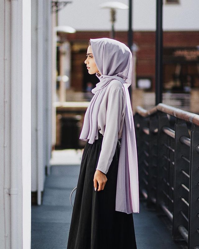 Dressed in @inayahc -Lilac grey soft crepe hijab - Grey crepe top - Black maxi tulle skirt #ootd #summerstyle #modestfashion #vsco