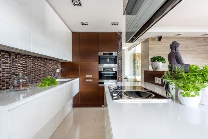 Kuchyň je plná špičkových spotřebičů Miele: vestavná chladnička, mraznička, myčka, kávovar i vinotéka, konvektomat s ohřívací zásuvkou, indukční varná deska a nechybí ani wok. Od Miele je i digestoř