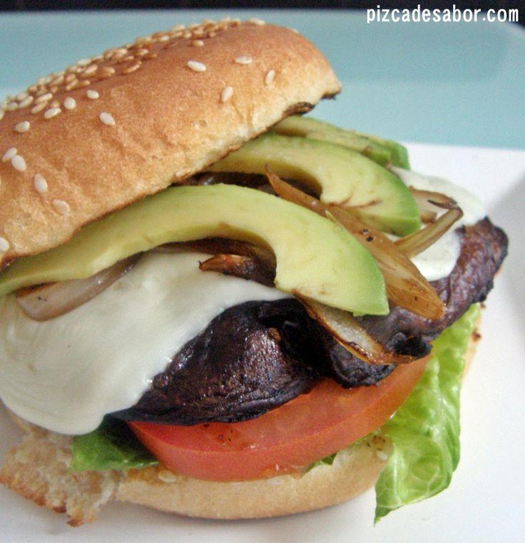 Aprende a preparar unas deliciosas hamburguesas vegetarianas en donde la carne se reemplaza por hongos portobello que se marinan en una mezcla de balsámico, ajo y aceite de oliva.