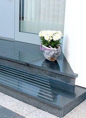 Eingangspodest aus Granit - Eingangstreppe Granit mit Trittstreifen