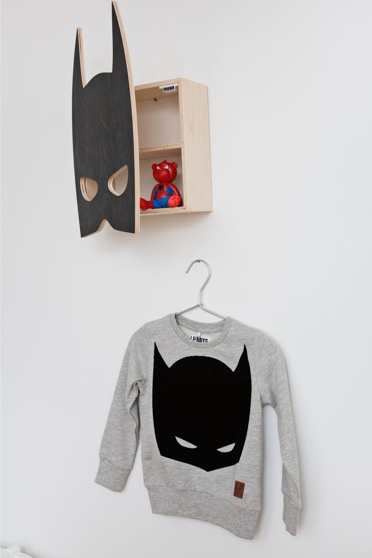 Flot boghylde i træ fra That's mine med sødt motiv af batmans maske og vil passe perfekt til til den lille batmans værelse. Boghylden er håndlavet. Brug hylden til bøger, småting, sko, smykker, billeder mm.