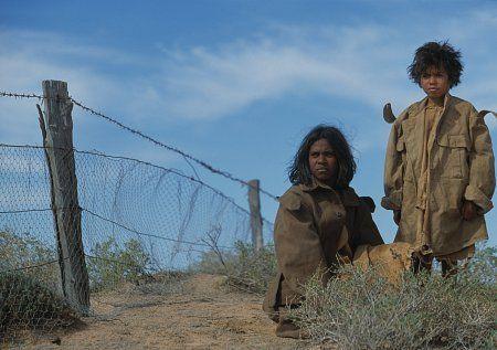 Still of Laura Monaghan and Everlyn Sampi in Le chemin de la liberté (2002)