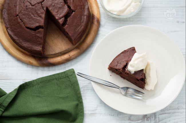 La chocolate potato cake è una soffice torta al cioccolato realizzata aggiungendo le patate nell'impasto, da servire con una delicata crema al Baileys