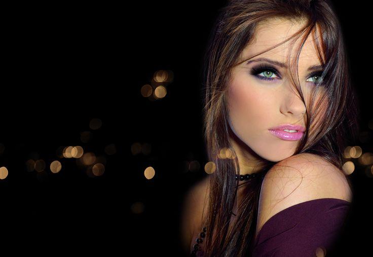 Groene ogen, paarse oogschaduw, roze lippen