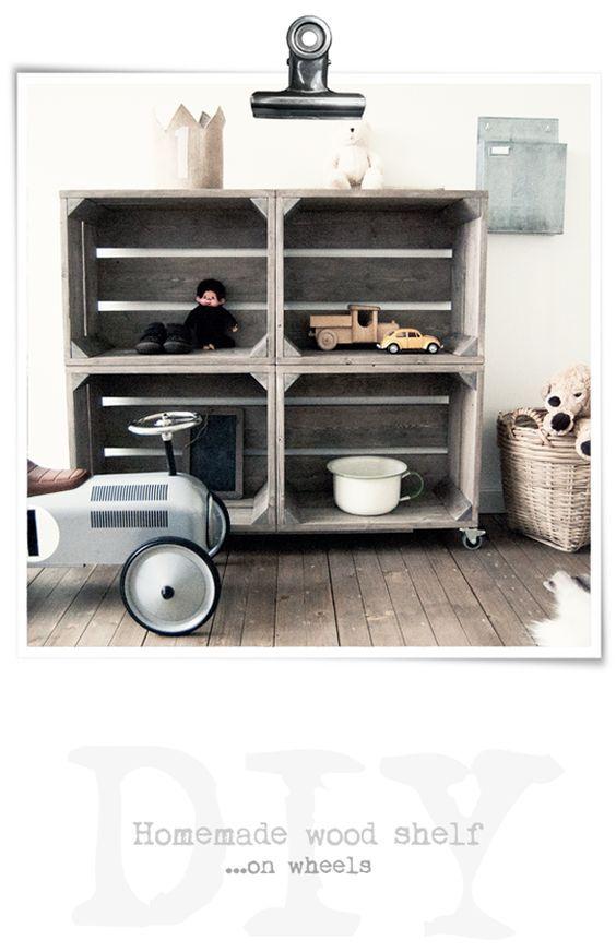 Ensamblar cuatro cajas de madera y añadir ruedas para crear una estantería: una buena idea, especialmente apropiada para habitaciones de niños. || Jongenskamer | goed idee 4 kisten op wielen: