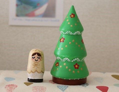 【作品の特徴】レース柄のシンプルなクリスマスツリーの中に可愛いマトリョーシカが納まる小さな2人組の入れ子式です。*木製。*アクリル絵の具でペイントし、 光沢少... ハンドメイド、手作り、手仕事品の通販・販売・購入ならCreema。
