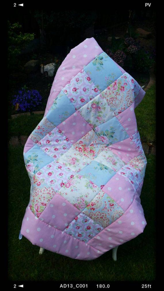 Este tejido de cama cuna o cuna Shabby Chic es hecho a mano por encargo de una selección de 5 Cath Kidston telas. Hermosas rosas, turquesas