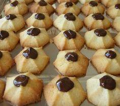 Ingredientes: 200 gr. de harina 125 gr. de azúcar 150 gr. de mantequilla 2 yemas 1 pellizco de sal Mezclar el azúcar con las yemas ...