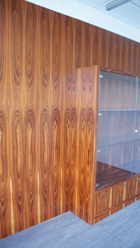 Zdjęcie: Przejście usłojenia pomiędzy ścianą a witryną.