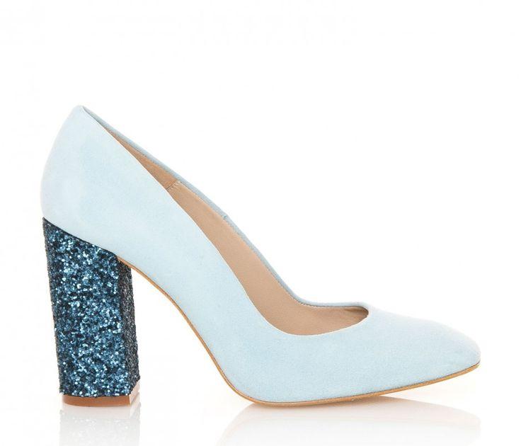 Modelo Cala de Hannibal Laguna en color azul. Disponible en la tienda online también en color rosa, visón y verde. #zapatos #salones #shoes