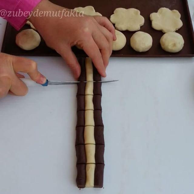 Bu kurabibeyi yapalı 1 ayı geçmiştir.  Ama nedense paylasmamisim.  Farklı modellerin birarada olduğu yapımı zevkli lezzeti yerinde bir #tarif... ___________________  Kurabiye  200 gr katiyag 1 su bardağı pudra şekeri 1 pkt kabartma tozu 1 pkt vanilya 2,5-3yemek kasigi kakao 2,5-3 su bardağı un  Arası için: İstenilen bir çikolata  Üzeri için Reçel, benmari eritilmiş çikolata, hindistancevizi,  antepfistigi, ceviz hangisi varsa istediğiniz şekilde susleyebilirsiniz  Hazırlanışı: Kakao hariç…
