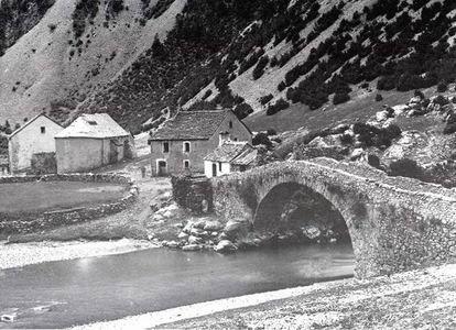 """016. """"14 abril 1938. Salimos de Viu en dirección a Fragen por un atajo y allí nos unimos con el médico de Broto, Paco Castillo, que llevaba un caballo y botiquín. Cruzamos el Puente de los Navarros y tomamos el camino de Bujaruelo, donde se hallaba el conjunto formado por el Cuartel de Carabineros, la Ermita de San Nicolás, el Mesón y el puente. Sin tiempo de descansar seguimos camino por la amenaza de que destruyeran el puente. Sentada, desde lo alto, vi las llamas del Cuartel de…"""