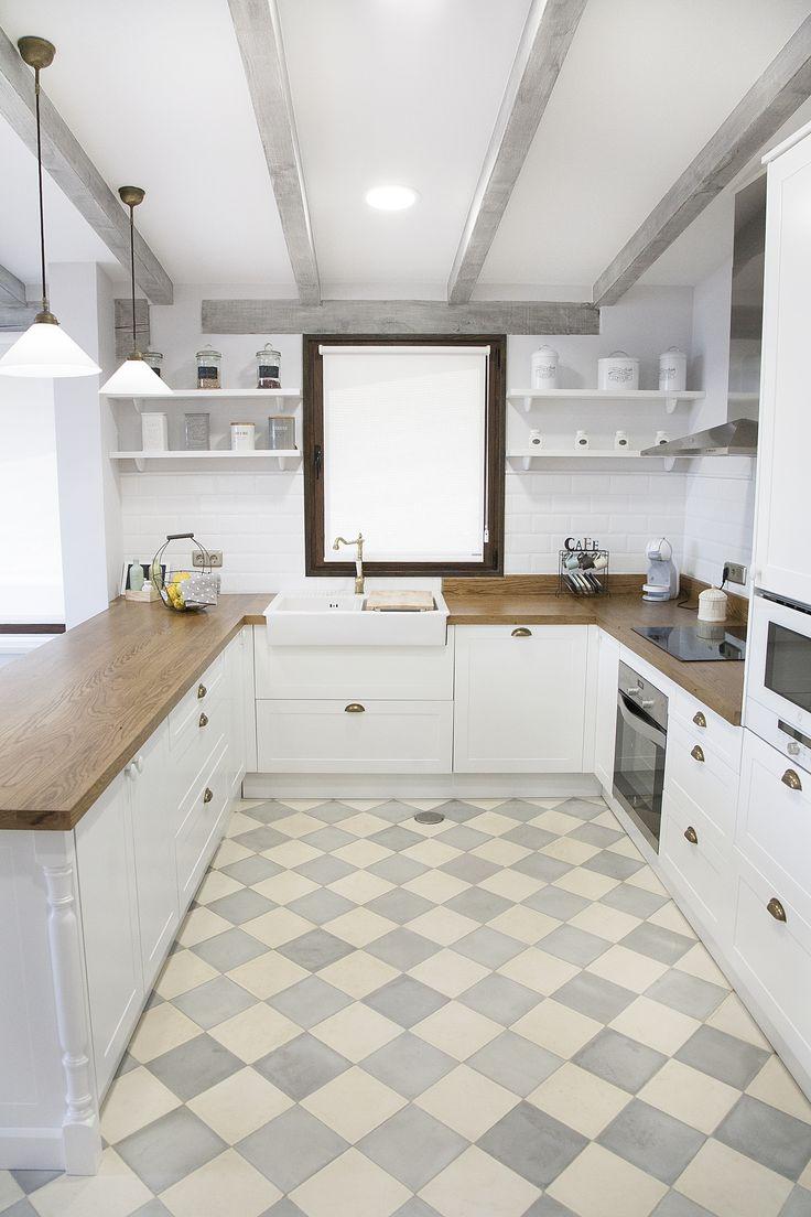 """Cocina blanca, encimera de madera, suelo hidráulico, azulejo """"metro"""""""
