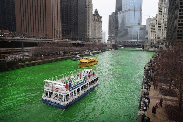 Зеленая река в День святого Патрика
