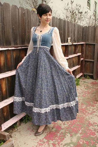 1970's Gunne Sax.  Loved Gunne Sax later when I was in high school -- my favorite high school dance outfit was centered around a Gunne Sax black velvet skirt!