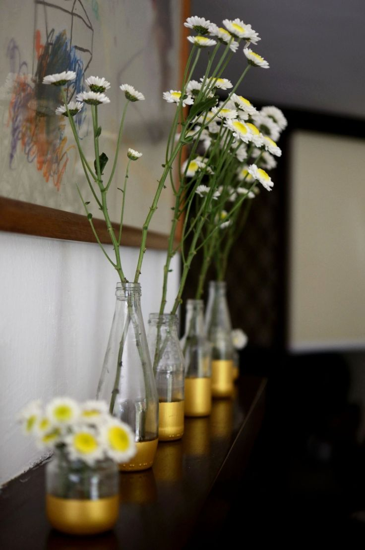 white flowers in homemade painted pots by @flaviacoll