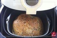 Delicioso e nutritivo, um pão na airfryer sai mais rápido do que na tradicional máquina de pão.