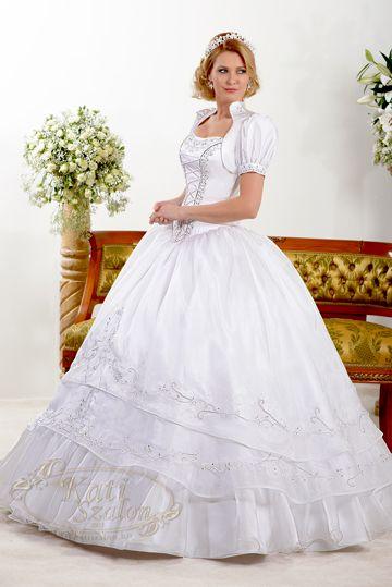 64- pánt nélküli esküvői ruha boleróval. Swarovski kristályok és zsinórminta díszíti az organza ruhát