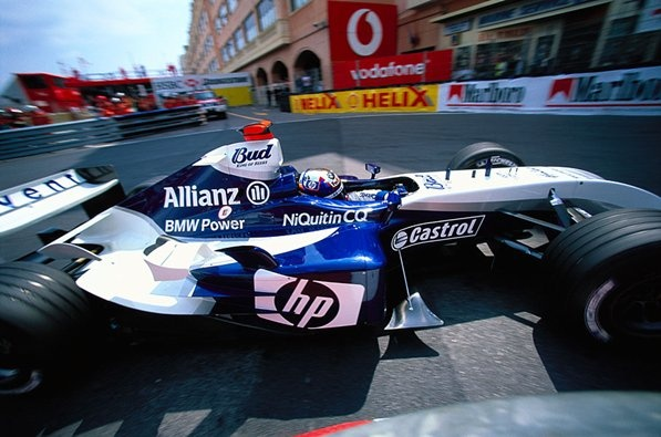 Juan Pablo Montoya rounds Monaco's Rascasse hairpin in the Williams-BMW FW26, 2004
