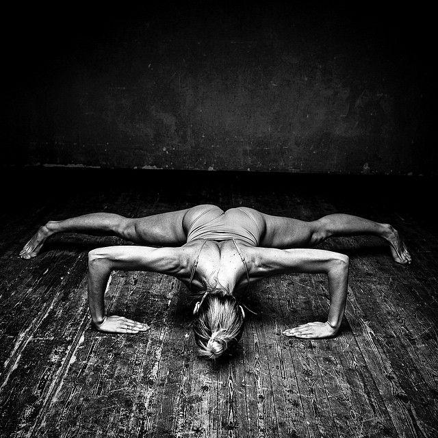 Существуют 3 типа мышечного строения у человека: 1. Эктоморф 2. Эндоморф 3. Мезоморф У каждого типа своя специфика и подбирать тренировку нужно именно под свой тип. Я отношусь к Мезоморфам, поэтому придерживаюсь простым правилам тренинга доя своего типа, результат на лицо(или на тело)) Мезоморфы наиболее предрасположены к силовым видам спорта. У них от природы развитая мускулатура, длинный торс, широкая грудная клетка и плечи, низкий процент жира в организме. Они быстро увеличивают си...