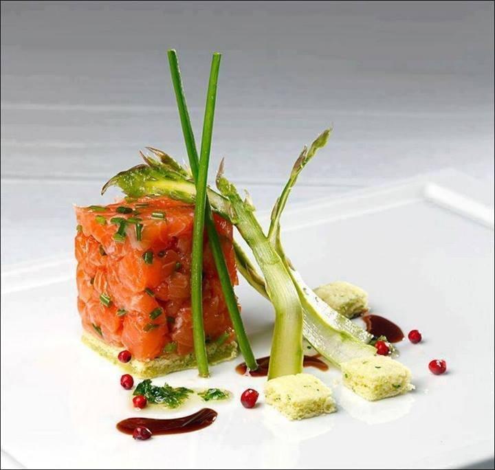 Que diriez-vous d'un petit cube de saumon fumé ?... ;) (La cocina echa Arte) Les premiers qui partagent la photo gagnent 1 point !!! ;) . L'art de dresser une assiette comme un chef... http://www.facebook.com/VisionsGourmandes . #gastronomie #gastronomy #chef #recette #cuisine #food #visionsgourmandes #dressage #assiette #art #photo #design #foodstyle #foodart #recipes #designculinaire #culinaire #artculinaire #culinaryart #foodstylism #foodstyling