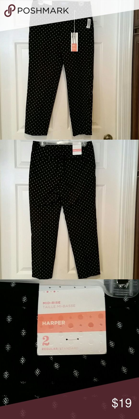 Women's Size 2 Old Navy Black/White Mid Rise Pant 97% cotton 3% spandex black and white trousers from Old Navy in women's size 2. NWT.  Mid rise Harper series. Slightly tapered and ankle length.  Adorable! Old Navy Pants Ankle & Cropped