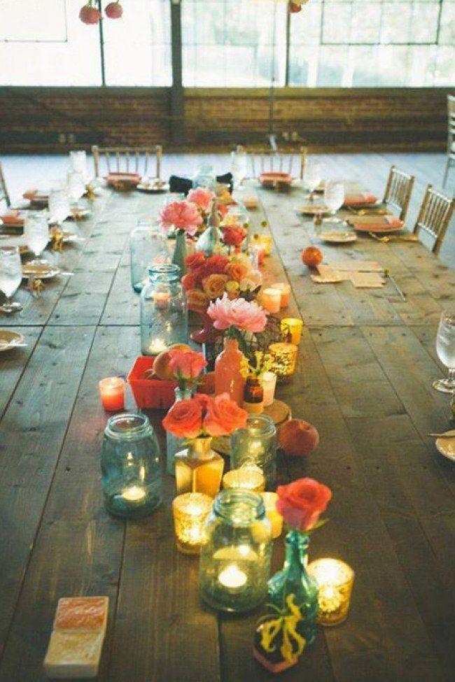 UN très joli chemin de table avec des fleurs fraîches pour un mariage champetre