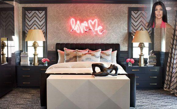 O antigo quarto de Kourtney Kardashian mistura elementos da cultura pop com elementos clássicos (Foto: Reprodução/Elle Decor)