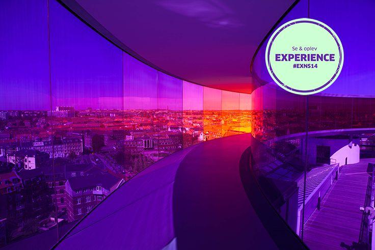 Regnbuen ARoS/Your rainbow panorama: Your rainbow panorama af Olafur Eliasson er synlig fra lang afstand, og da man ser forskellige farver alt efter, hvor i byen man befinder sig, fungerer værket som et kompas. Om natten er Your rainbow panorama oplyst indefra af spots i gulvet.  Anbefalet af #NSFacebookFan #exNS14 #ARoSART #SeOGOplev