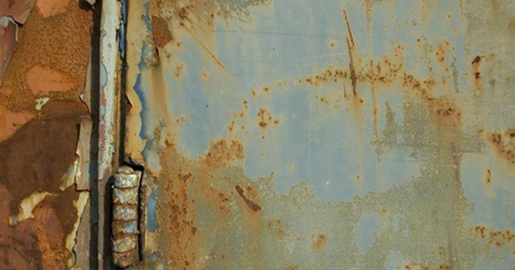 Dicas para jateamento de areia em automóveis. Jateamento de areia é uma técnica mecânica que é comumente usada para remover pintura velha e enferrujada da lataria de automóveis. É um método mais agressivo que o lixamento convencional, e permite a remoção de buracos de ferrugem, assim como qualquer corrosão na superfície do carro. Entretanto, esse método pode deixar pequenas fissuras no metal. ...