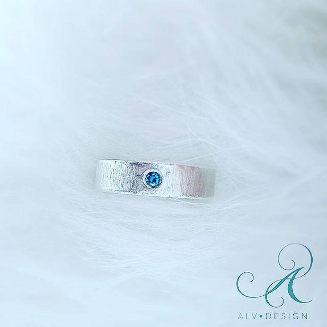 """En galet vacker diamant 💎  Vintrig och klar likt ishav i modellen """"Fru & Herr Silver"""". Se mer av Alv Designs rustika handarbetade silverringar i webbutiken www.alvdesign.se Välkomna!"""
