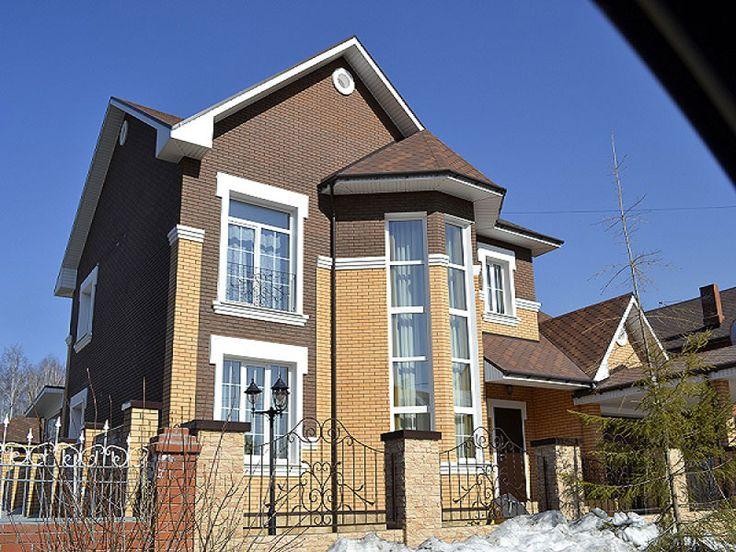 Дом из коричневого кирпича цвета мокко и лицевого кирпича соломенного цвета