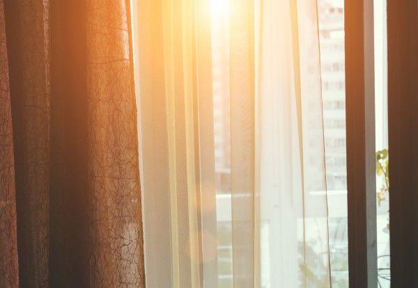 Tessuto di taffetà stropicciato, 100% poliestere, altezza 240 cm, peso 180 g/m2. Tessuto dalla mano ruvida, ideale per tendaggi, abbigliamento e arredamento in genere, tovaglie, cuscini. Il taffetà è un tessuto pregiato tradizionalmente di seta. La sua struttura serrata lo rende ideale come tenda semi oscurante per proteggere dalla luce del sole o come sopratenda da raccogliere lateralmente. Il suo aspetto risulta luminoso e frusciante ad ogni movimento. I riflessi iride che caratterizzano…