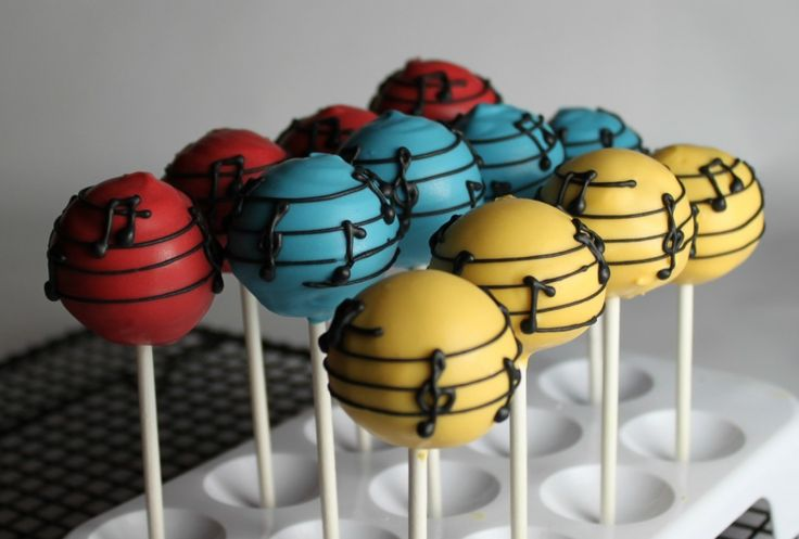 I am ADORING these Musical Cake Pops my pal Melissa aka Lil Miss Cakes made!