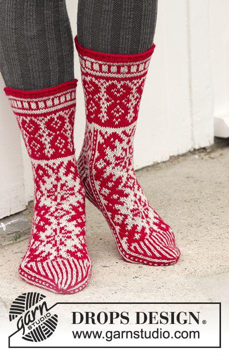 Christmas Raffle Socks / DROPS Extra 0-1335 - Stickade sockor till jul med färgmönster i DROPS Fabel. Stl 35-43.