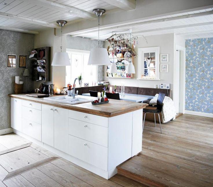 Kjøkkenet er åpent og luftig, og blir et naturlig samlingspunkt ...