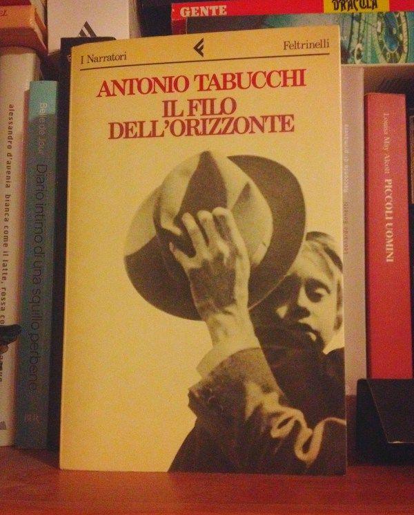 """""""Il filo dell'orizzonte"""" di Antonio Tabucchi, dalla recensione --E' il cassetto di un obitorio, uno di quelli metallici che conservano i cadaveri prima e dopo un'autopsia. Da lì si muove la ricostruzione, da parte del protagonista, della vita del morto: chi era? Da dove veniva? Come è stata la sua vita? Cosa ha significato per lui vivere? Insomma, le solite domande."""