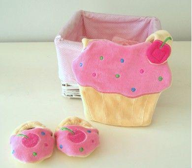 Cupcake motifli patik ve önlük set, kız bebeklere çok yakışıyor. http://www.giftomino.com/patik-onluk-set