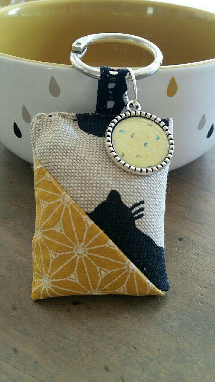 porte clés chat noir lin beige et ocre avec son cabochon liberty assorti : Porte…