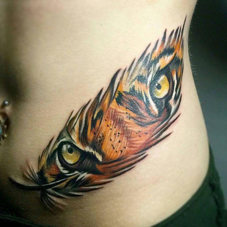 tiger eyes in feather katzen tattoos pinterest tattoo ideen katzen und ideen. Black Bedroom Furniture Sets. Home Design Ideas